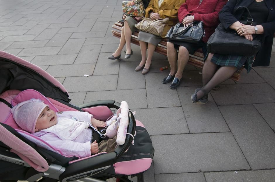 Elderly ladies sitting on a bench looking at a baby in Venice. [Foto do dia - Janeiro 2012]
