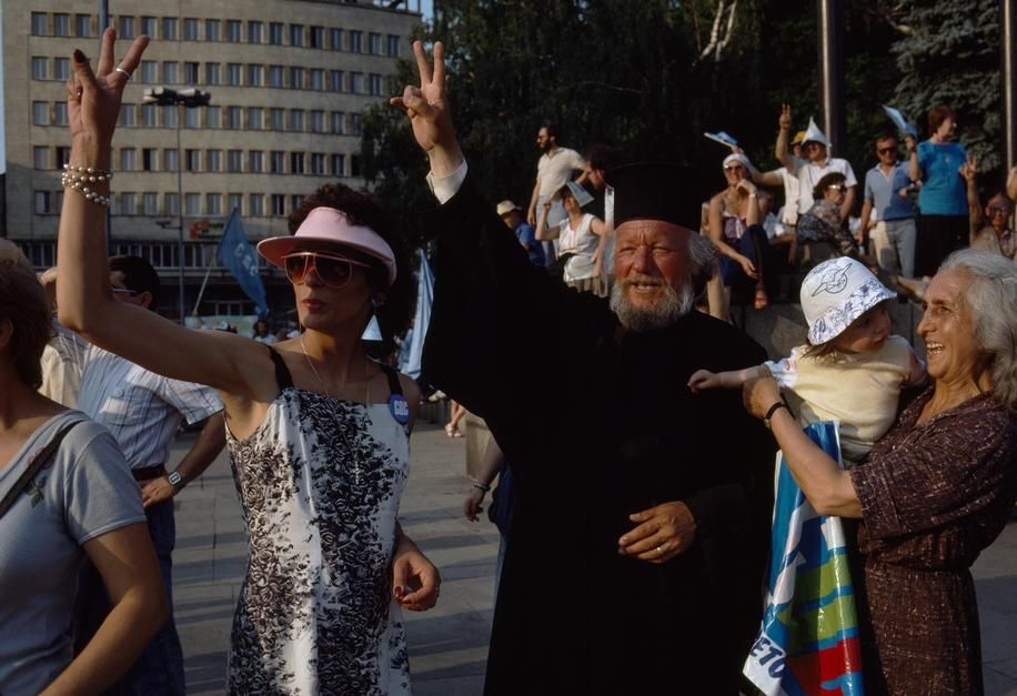 A Russian Orthodox priest strikes for democratic change in Sofia. [Dagens billede - januar 2012]