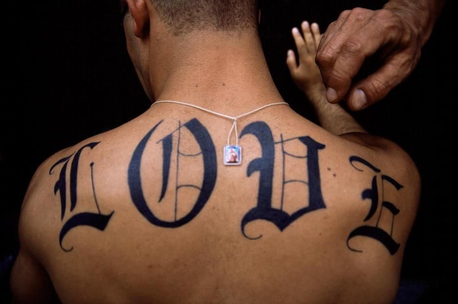 "The word ""LOVE"" tattoed on a man's back in New York City. Happy Valentine's Day. [תמונת היום - פברואר 2011]"