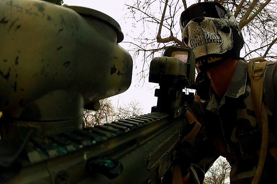 Los Angeles, California, USA: A paintball participant rounds a corner hunting for opponents. He... [Photo of the day - 二月 2014]