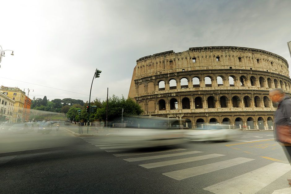 Rome, Lazio, Italy: Wide shot of the Colosseum in Rome, Italy with traffic speeding by. This... [Photo of the day - 二月 2014]