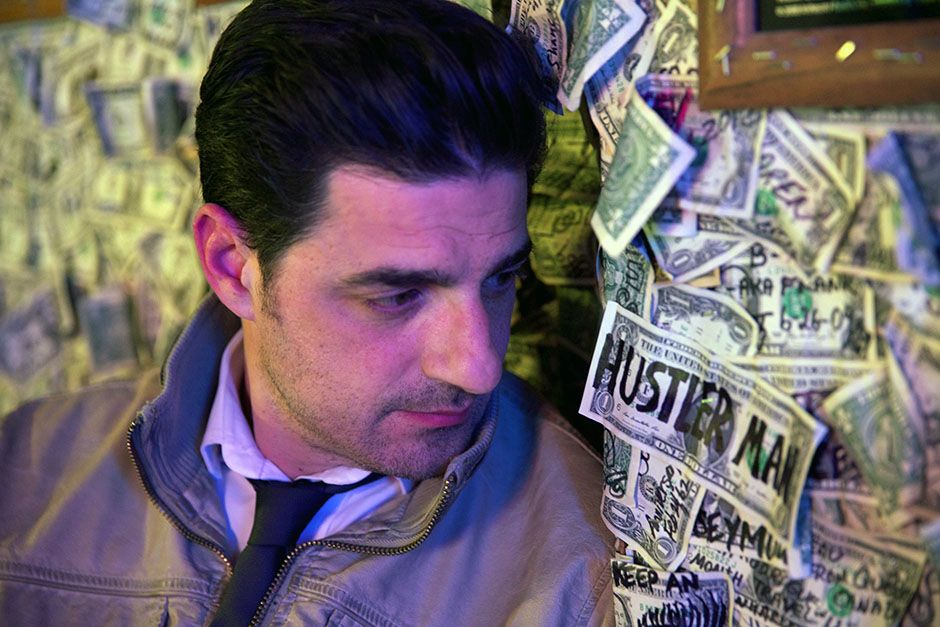 Oatman, Arizona, USA: Alexis Conran in the dollar bill bar where he made a bet involving... [Foto del día - marzo 2014]