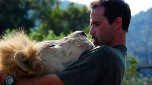 Kevin Richardson gets up close with a Lion. This image is from The Lion Whisperer. Photo of the day -  9 مارس 2014