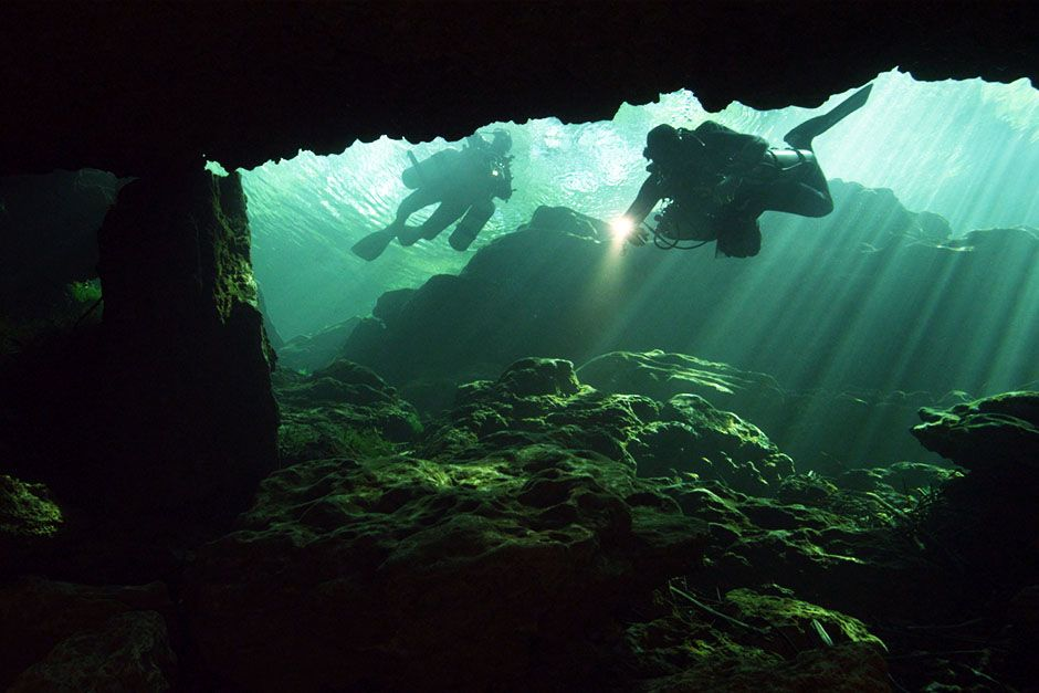 Bayonet Point, Florida, USA: Two divers exploring an underwater cave. This image is from... [Foto del día - marzo 2014]