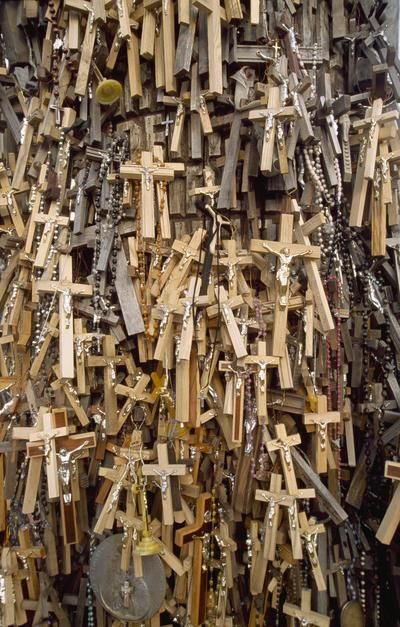 Rosaries and crucifixes left by pilgrims at the Hill of Crosses, Siauliai. [תמונת היום - מרץ 2011]