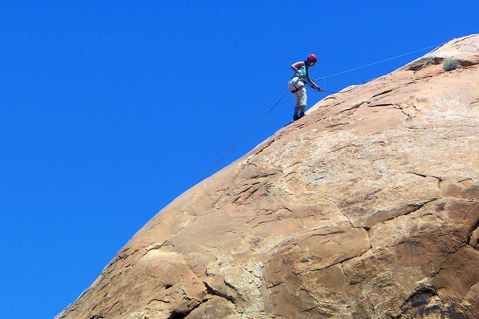 Michelle Blackwell abseilt van een klif in Moab, Utah, VS. Deze foto komt uit Going Wild. [Photo of the day - april 2014]