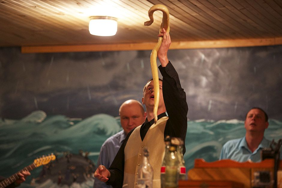 LaFollette, TN: Pastor Andrew holds up an albino snake. This image is from Snake Salvation. [Photo of the day - אפריל 2014]