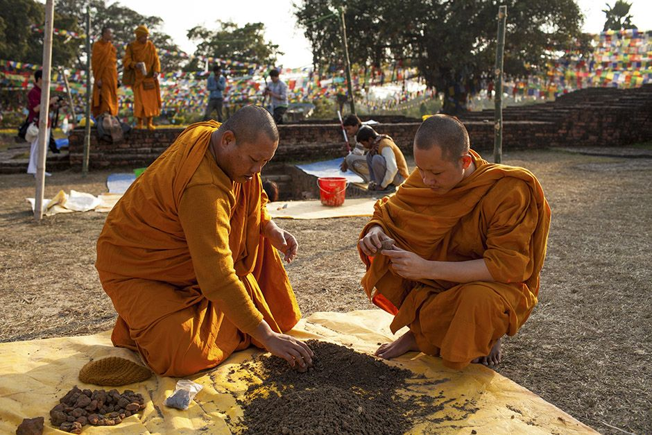 In Lumbini, Nepal, the birthplace of The Buddha. Thai monks examine dirt from the archaeology dig... [Photo of the day - אפריל 2014]