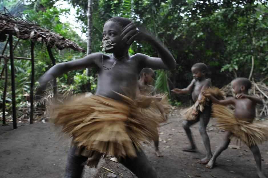 Mbuti boys wear grass skirts during their cucrcumcision ceremony. [Photo of the day - مارس 2011]