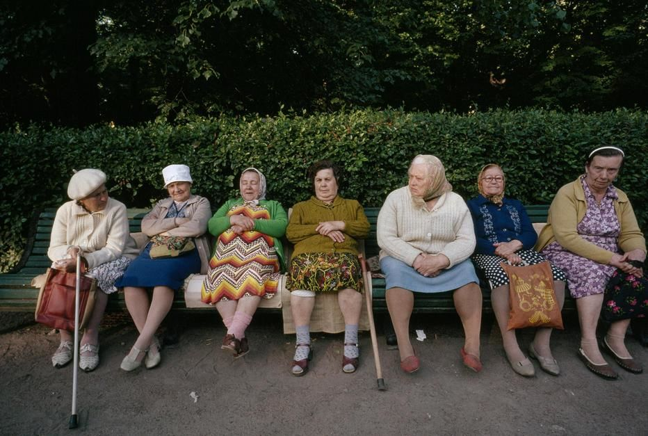 Women sit and talk on a park bench in Saint Petersburg. [תמונת היום - מרץ 2011]