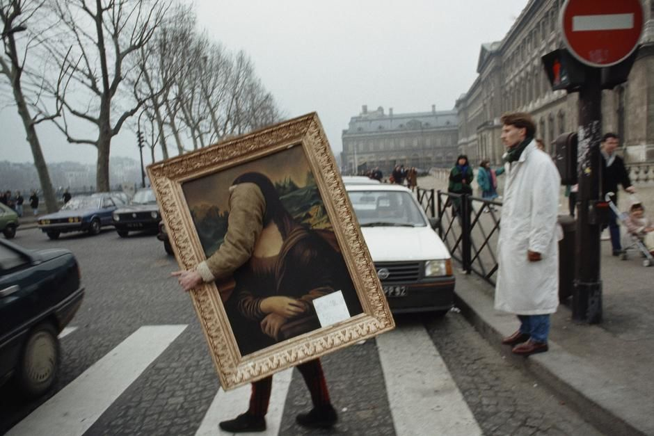 A person finds a unique way to carry a copy of the Mona Lisa across the street in Paris. [Foto do dia - Maro 2011]