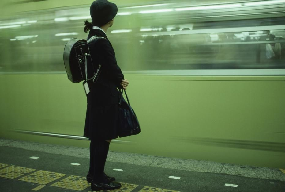 Une élève d'école privée attend son train à la station Shinjuku. [La photo du jour - mars 2011]