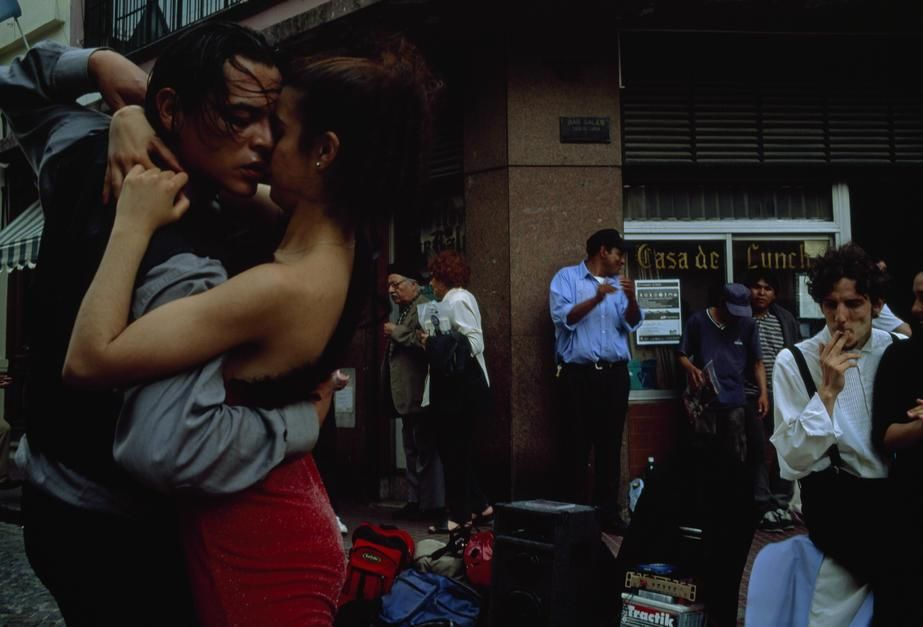 A passionate couple dance the tango on a South American street corner. [Photo of the day - مارس 2011]