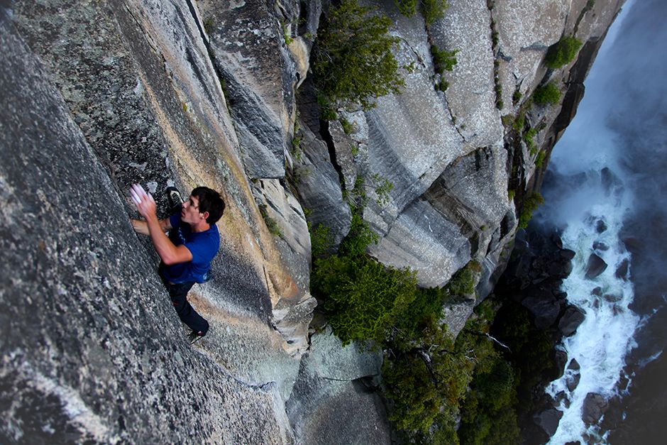 Yosemite National Park, California, USA: Alex Honnold karate chops a flattened hand into thin jam... [Фото дня - Июль 2014]