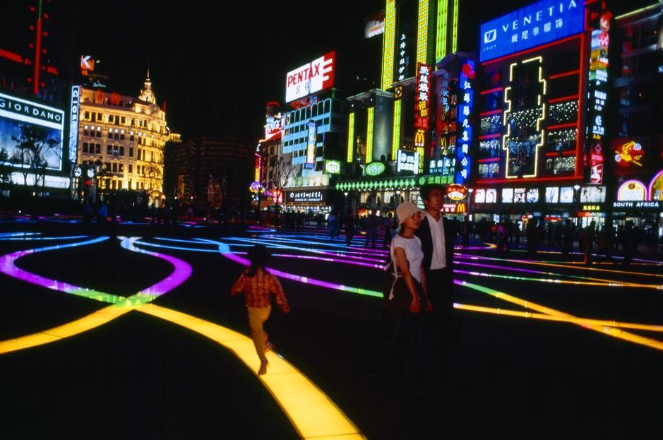 Colourful lights and advertising at night on Nanjing Road in Shanghai. [Photo of the day - مارس 2011]