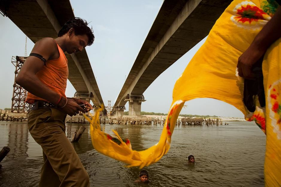 The Golden Quadrilateral Highway soars above the Ganges River in Utter Pradesh. [Photo of the day - מרץ 2011]