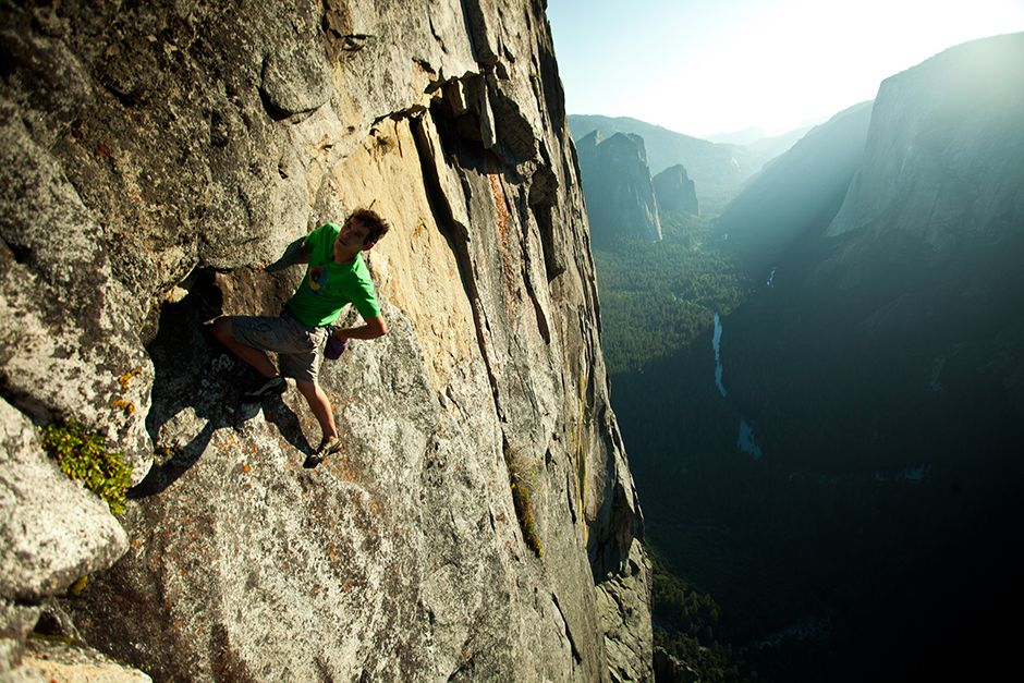 Yosemite National Park, Californie, USA: Honnold s'accorde une pause au milieu de la paroi Chouin... [Photo of the day - juillet 2014]