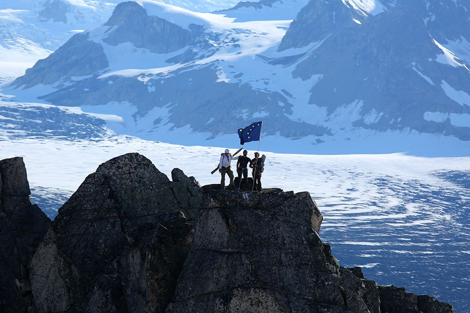 Tordrillo Range, Alaska, USA: Mountaineers team celebrating around the Alaskan flag after reachin... [ΦΩΤΟΓΡΑΦΙΑ ΤΗΣ ΗΜΕΡΑΣ - ΙΟΥΛΙΟΥ 2014]