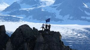 Tordrillo Range, Alaska, USA: Mountaineers team celebrating around the Alaskan flag after reachin... Фото дня - 29 Июль 2014