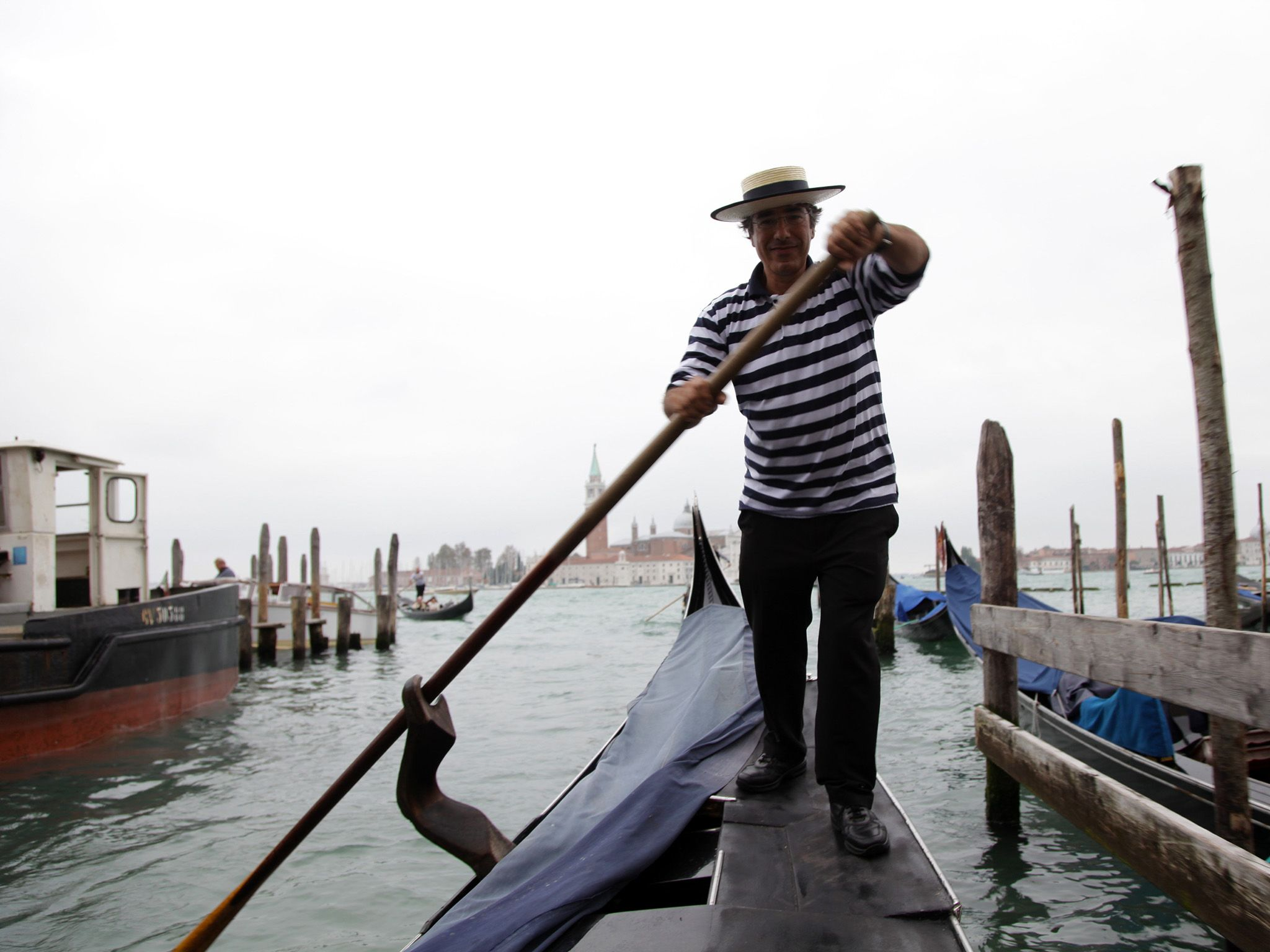 Venice, Italy: Gondolier Marco shows us tricks of the trade. This image is from Access 360°:... [Photo of the day - اکتوبر 2014]