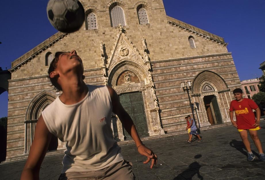Voetballende jongens voor de Kathedraal uit de 12de eeuw in Messina, Sicilië.  [Photo of the day - april 2011]