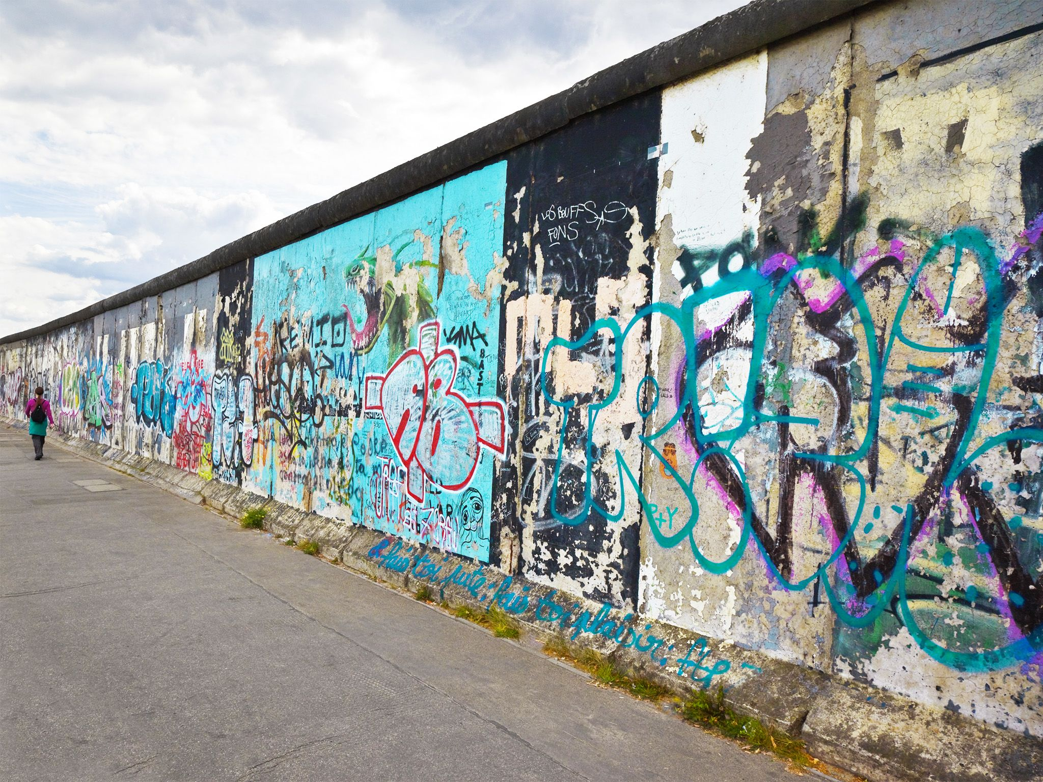 Berlin wall. This image is from Hasselhoff vs. The Berlin Wall. [Photo of the day - نوامبر 2014]