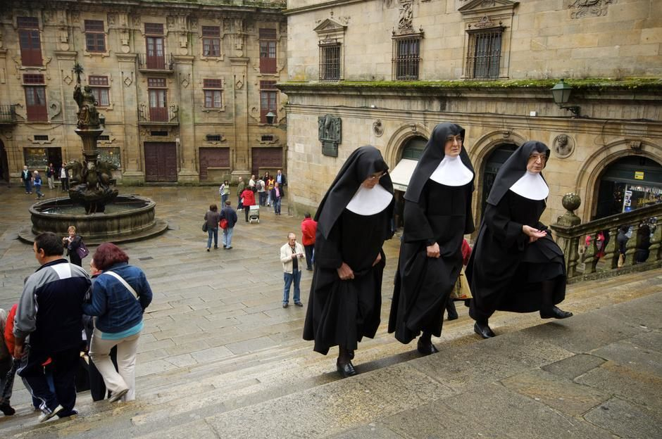 Three nuns climb a stone stairway in a city square in Santiago de Compostela, Galicia. [Photo of the day - אפריל 2011]