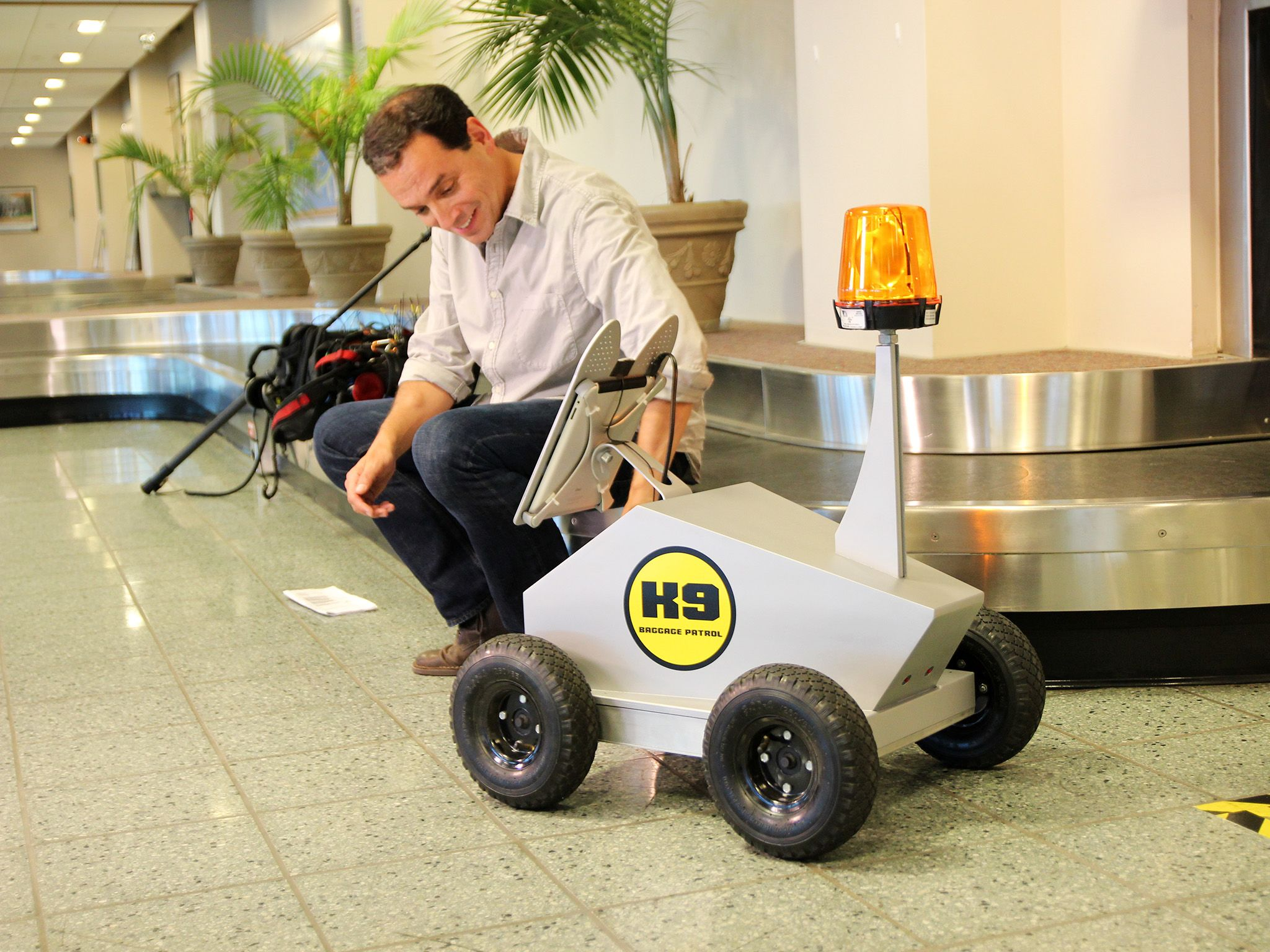 Ronkonkarma, NY:  Presenter Daniel Pink meets Robo-Dog. This image is from Crowd Control. [Dagens foto - november 2014]