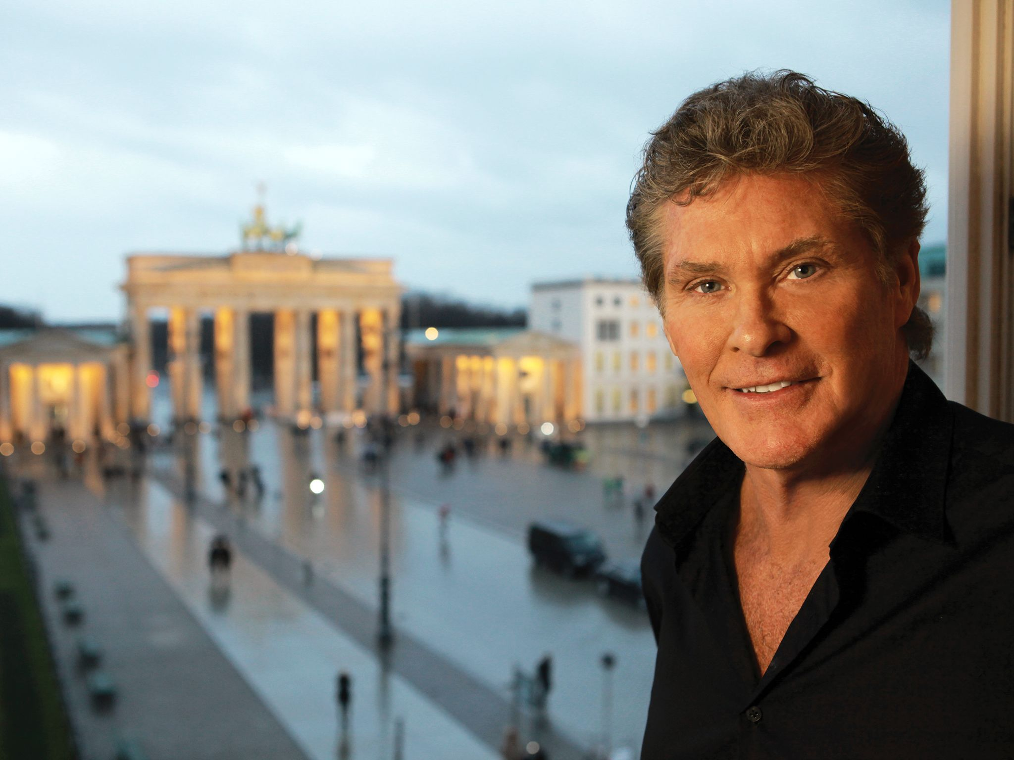 Berlin, Germany: David Hasselhoff in his hotel room overlooking the Brandenburg Gate. This image ... [Photo of the day - نوامبر 2014]
