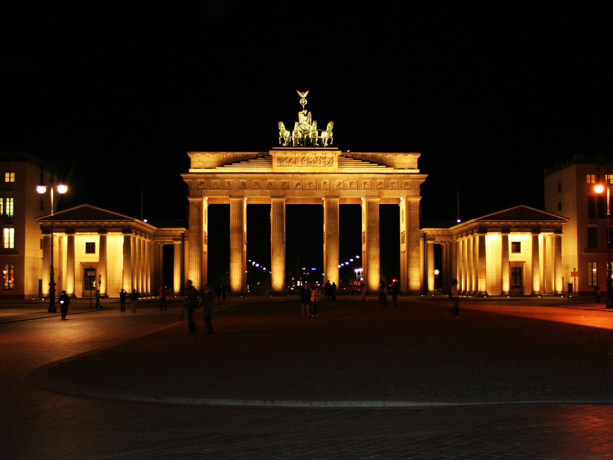 Brandenburg Gate in Berlin at night. This image is from Hasselhoff vs. The Berlin Wall. [Photo of the day - 十一月 2014]