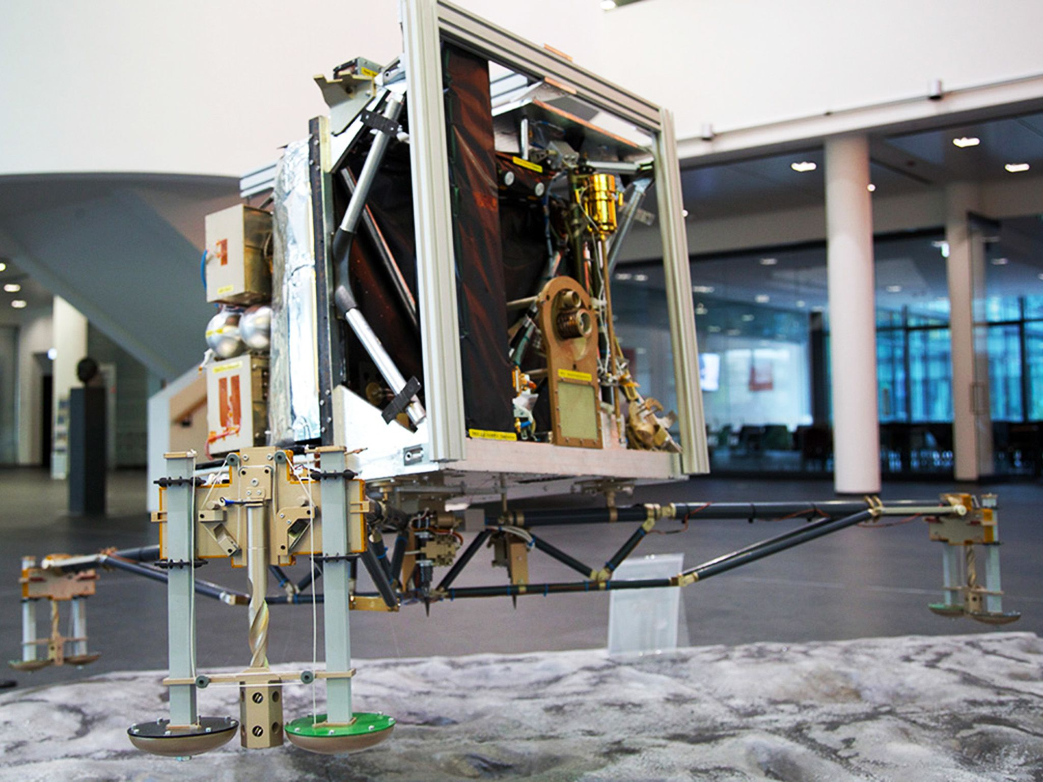 Max Planck Institute of Solar System Research, Gottingen, Germany: Philae Replica - Max Planck In... [Photo of the day - Novembro 2014]