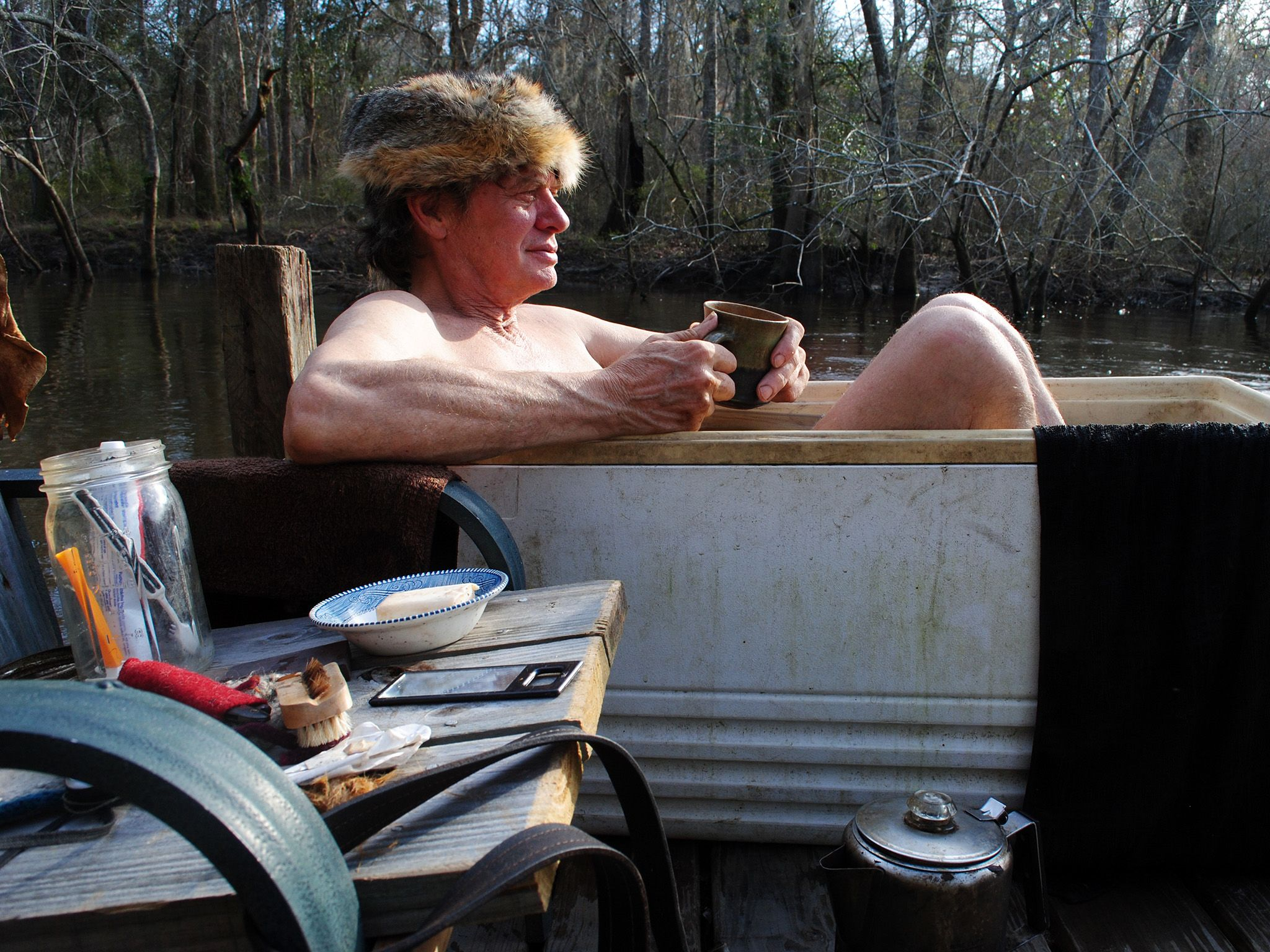 Valdosta, GA, USA: Colbert relaxes in his homemade bath tub. This image is from Live Free or Die. [Photo of the day - دسامبر 2014]