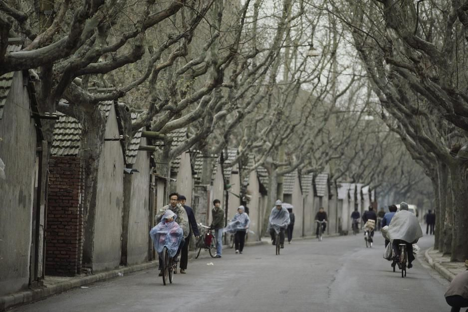 Des cyclistes pédalent le long d'un vieil  hutong (ruelle) à Shanghai. [Photo of the day - avril 2011]