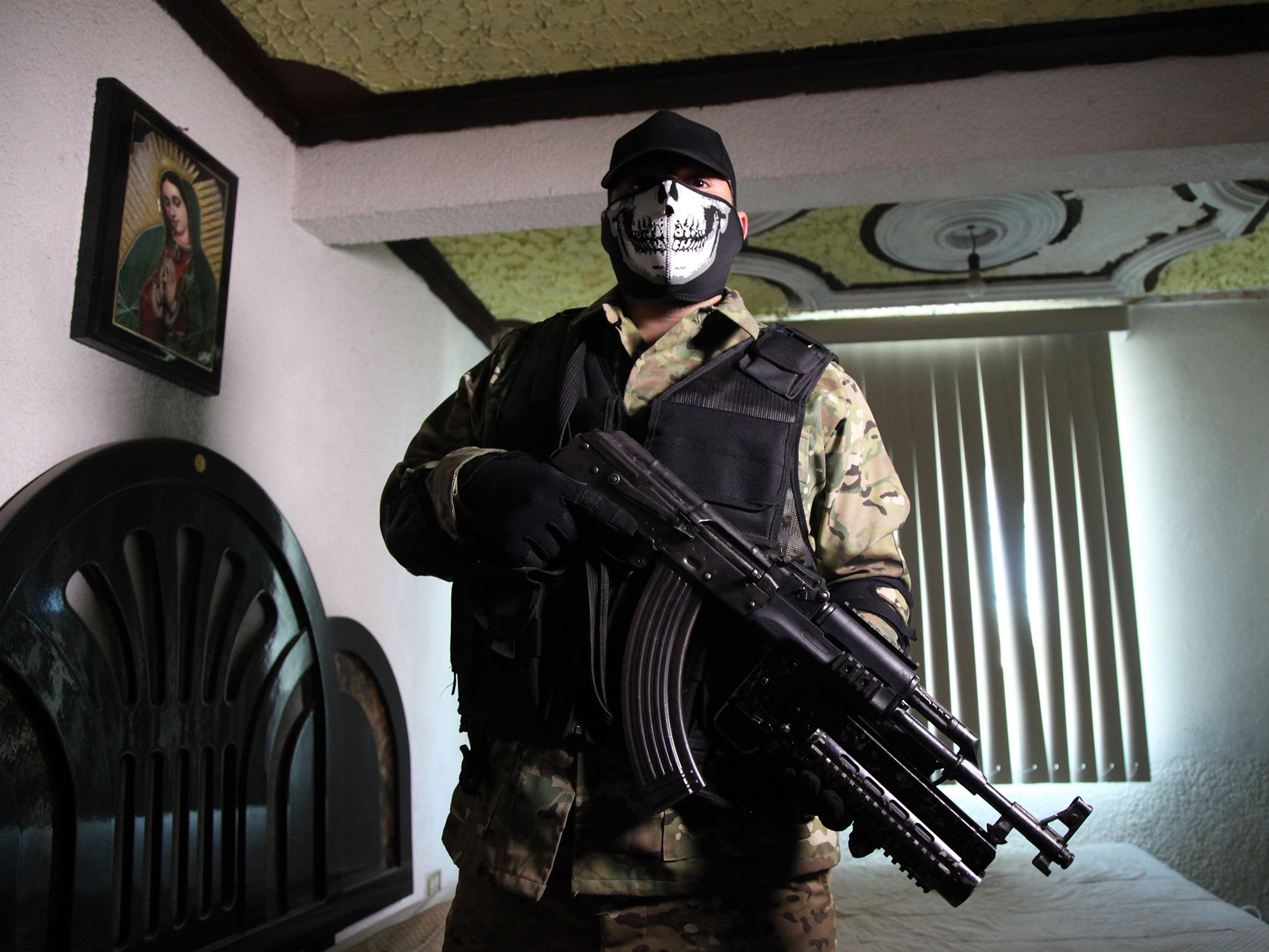 Mexico: 'Commander X' cartel hitman poses with his AK 47 before he heads out to protect his... [Photo of the day - 一月 2015]