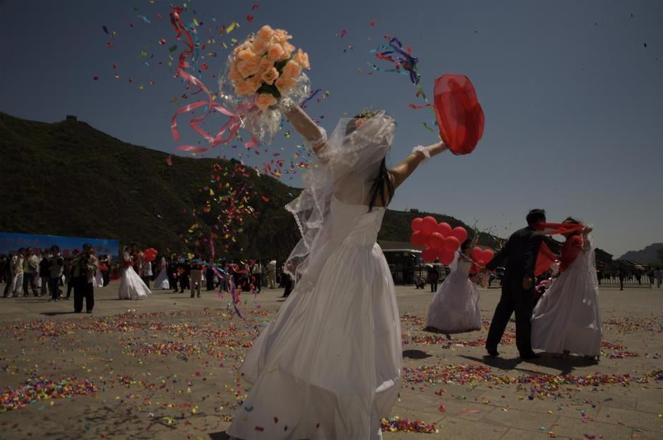 A mass wedding at the Great Wall of China. [תמונת היום - אפריל 2011]