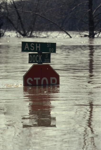 Street sign submerged in flood waters in Richmond, Virginia. [תמונת היום - אפריל 2011]