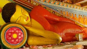 Sri Lanka A reclining Buddha in the colourfully decorated Isurumuniya Rock Temple at Anuradhapura... Foto del giorno -  4 marzo 2015