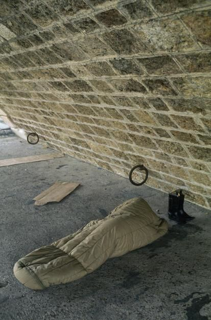 Un homme dort dans un sac de couchage sous un pont de Paris sur l'île de la Cité. [Photo of the day - avril 2011]