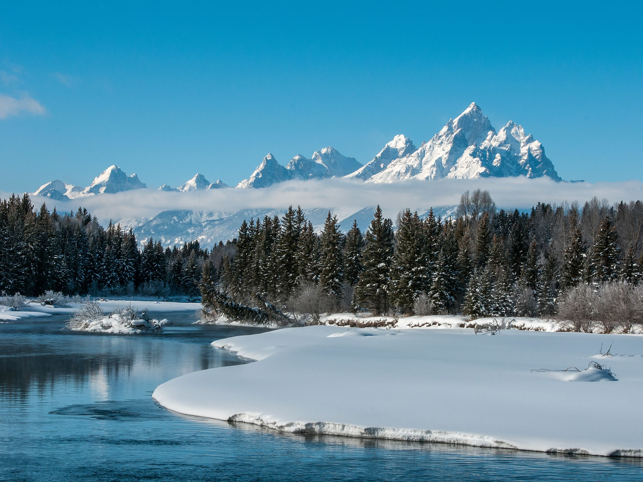 Grand Teton National Park, Wyo.:The Snake River meanders in front of the Teton Mountains mid wint... [Photo of the day - Abril 2015]