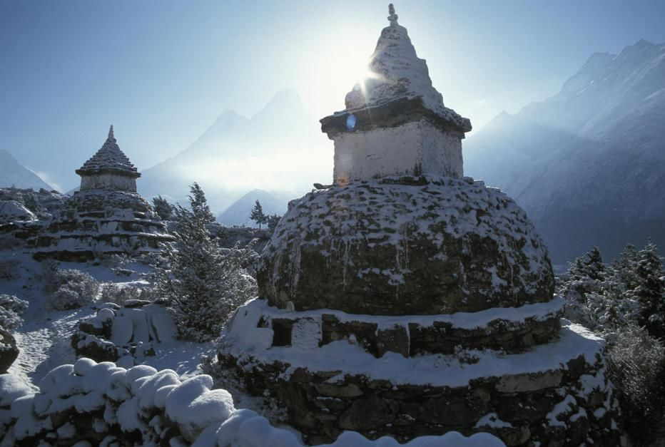 A stupa in Pangbouche en route to Mount Everest, Khumbu Region. [صورة اليوم  - می 2011]