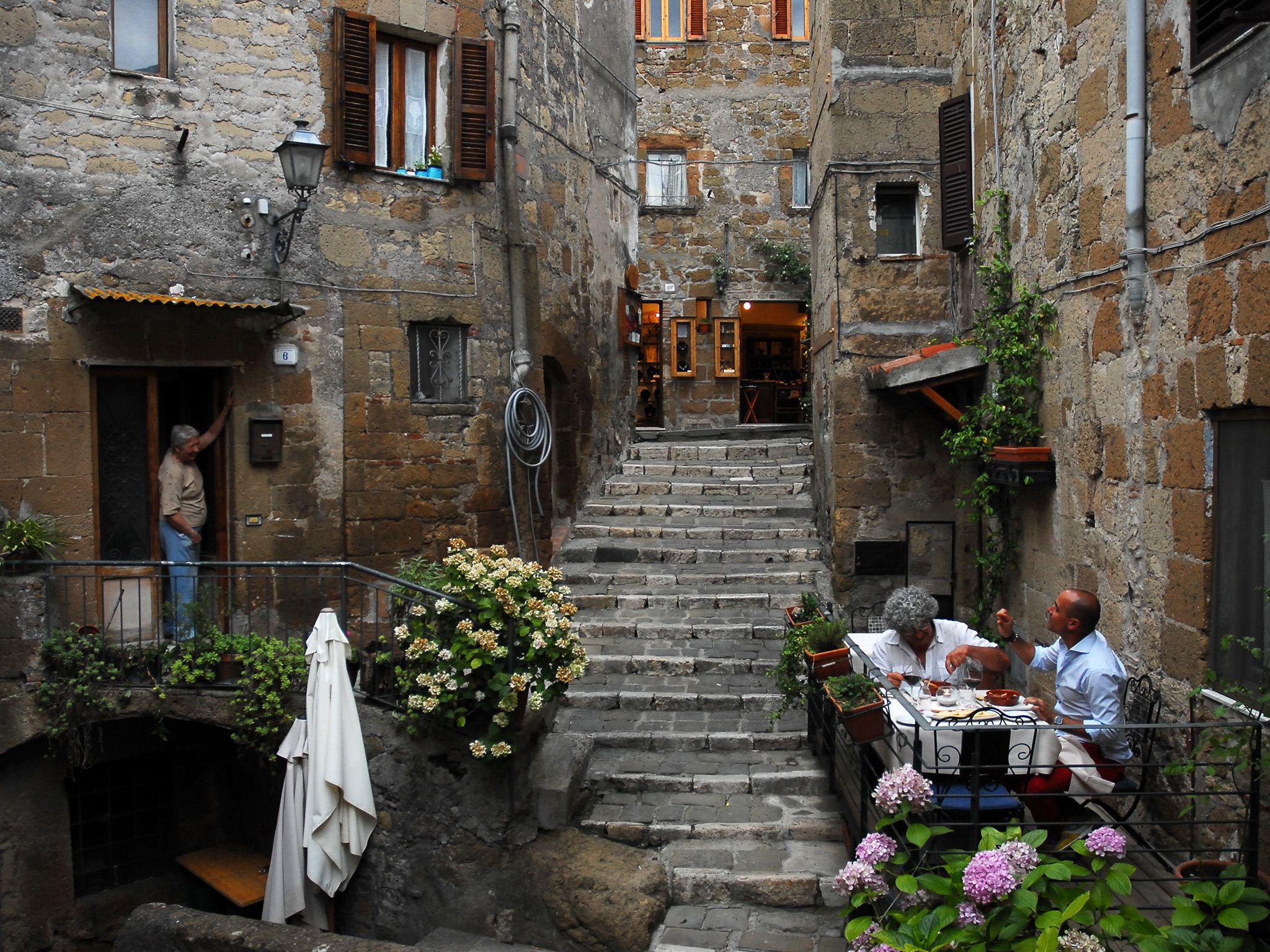 Pitigliano, Italy: Chef Domenico Pichini and David Rocco enjoy their bugliogne d agnello on the... [Photo of the day - 五月 2015]