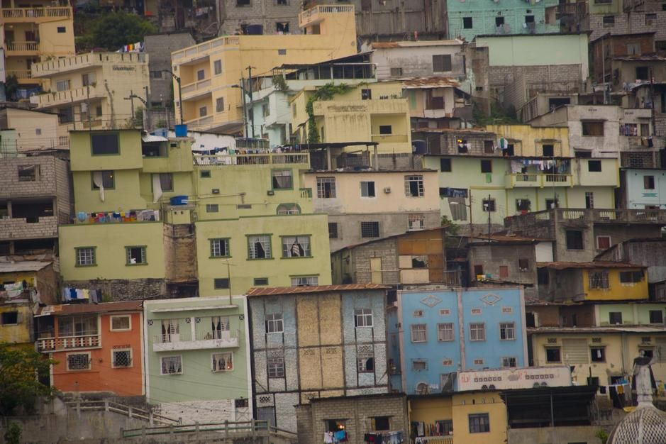 Colourful, tightly-stacked little houses crowd old Barrio Las Penas in Guayaquil. [Dagens foto - maj 2011]