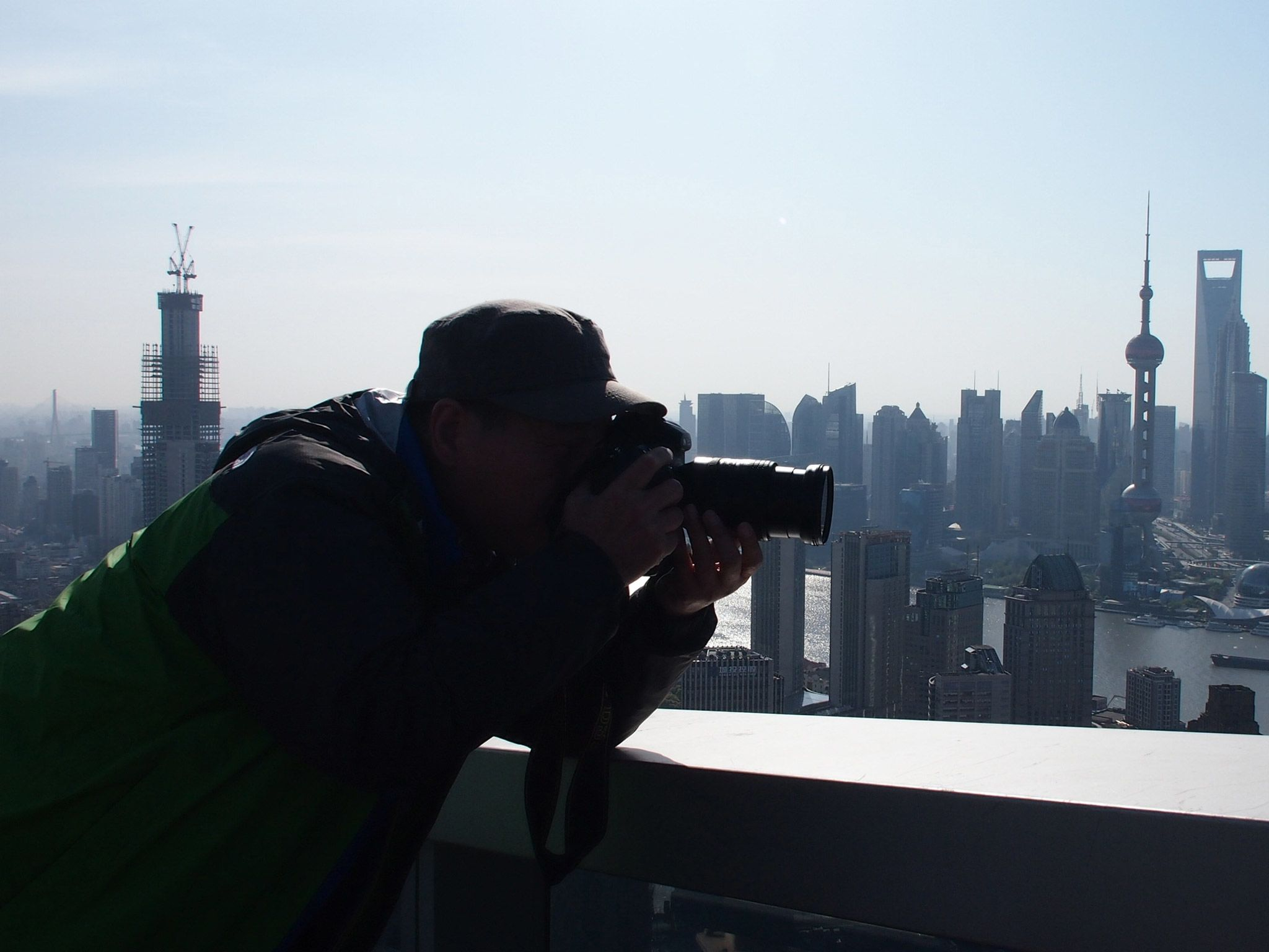 Shanghai: Photographer Zheng Xianzhang takes a photo from the rooftop of a skyscraper. [Photo of the day - juli 2015]