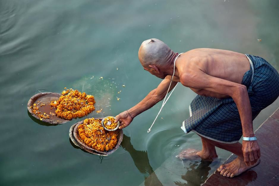 From all over India Hindus come to Varanasi to offer worship to their forefathers. [Dagens billede - maj 2011]