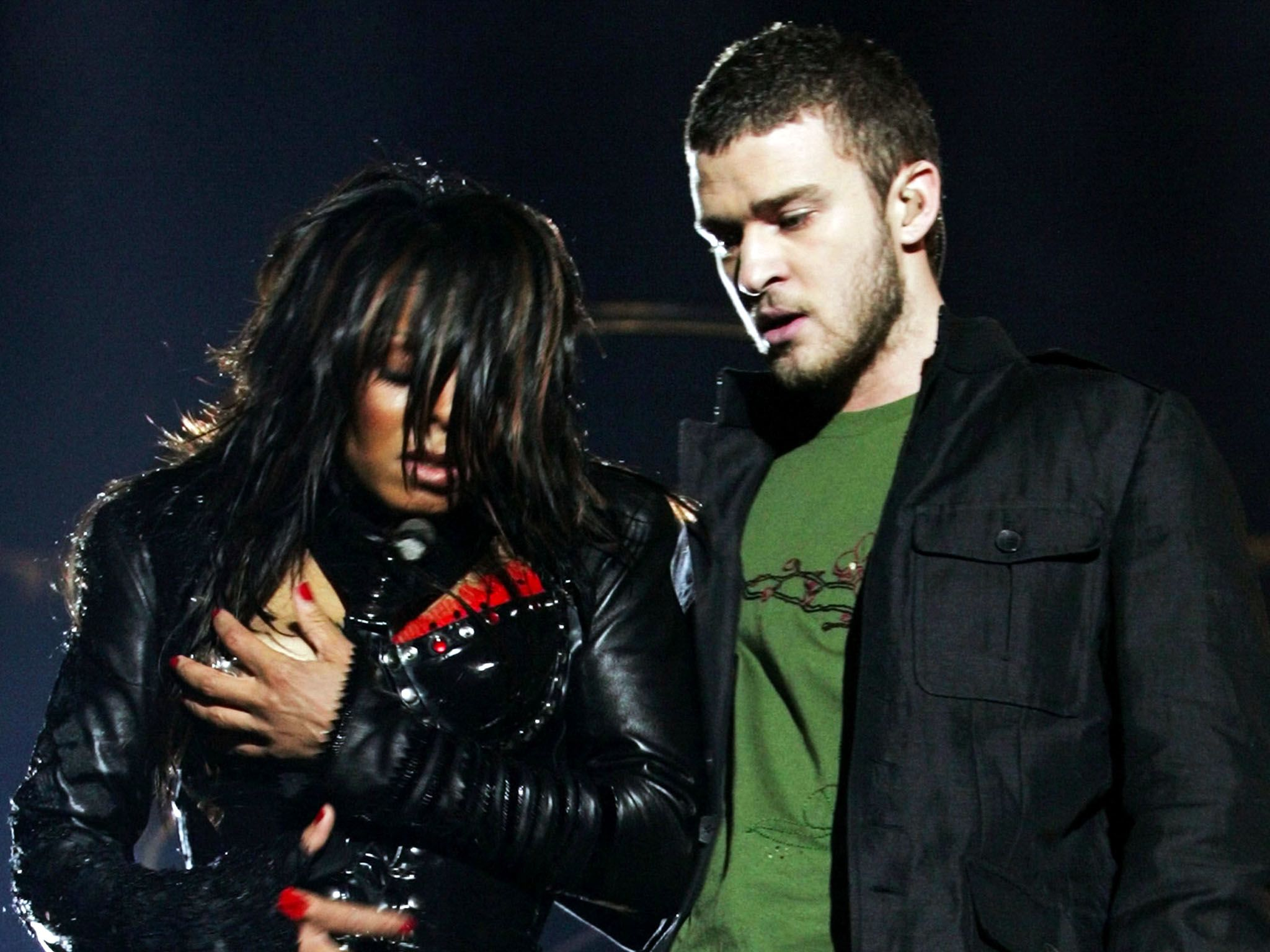 Houston, Texas - Janet Jackson (L) reacts after fellow singer Justin Timberlake ripped off one of... [Фото дня - Август 2015]