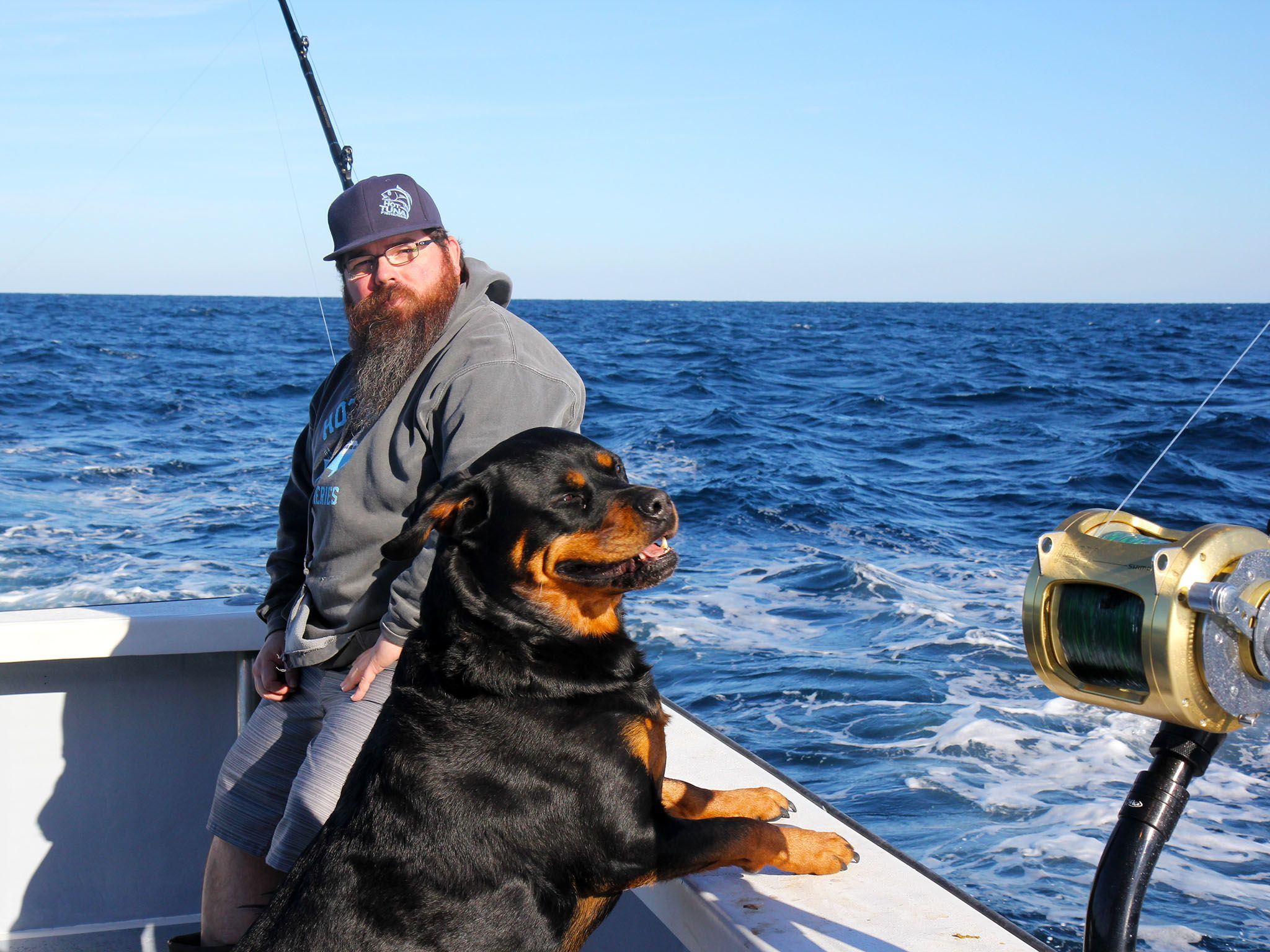 The Outer Banks, NC:  Deckhand Mike Ott and Mascot Reba Ott enjoy a relaxing moment before chaos... [Photo of the day - سپتامبر 2015]