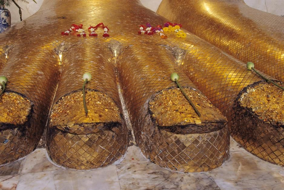 The gilded feet of a colossal standing Buddha at Wat Intrawiharn Temple in Bangkok. [תמונת היום - יוני 2011]