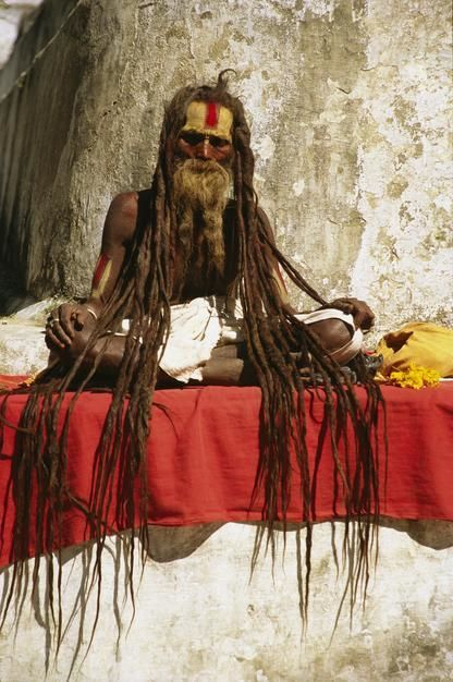 Een hindoe-man met lange dreadlocks is aan het bidden in Bodhnath.  [Photo of the day - juni 2011]