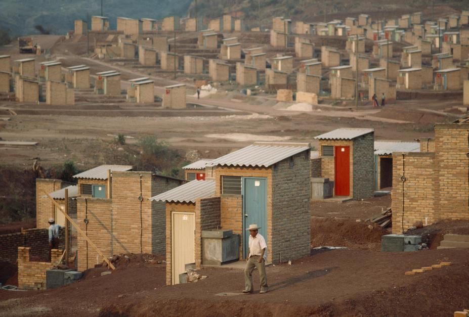 A bleak barrio of one room, tin roofed shacks in Tegucigalpa. [תמונת היום - יוני 2011]
