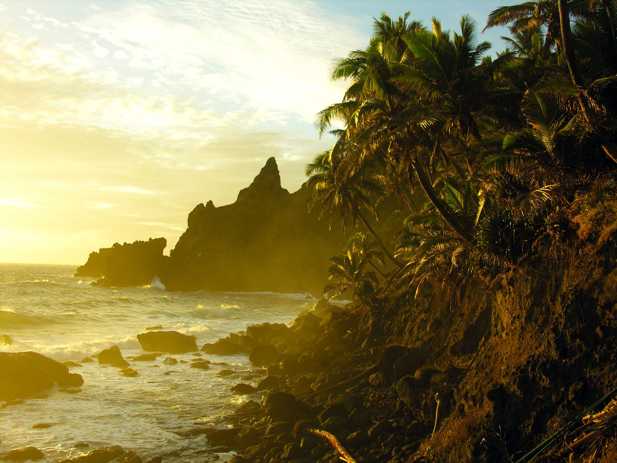 Pitcairn Island, Pitcairn Islands: The sunrise blazes over the cliffs and tropical trees of... [Photo of the day - 十月 2015]